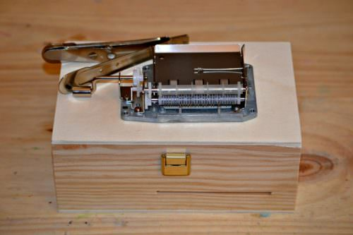 Pack diy with a wooden box and a 20 notes mechanism personalized with your melody